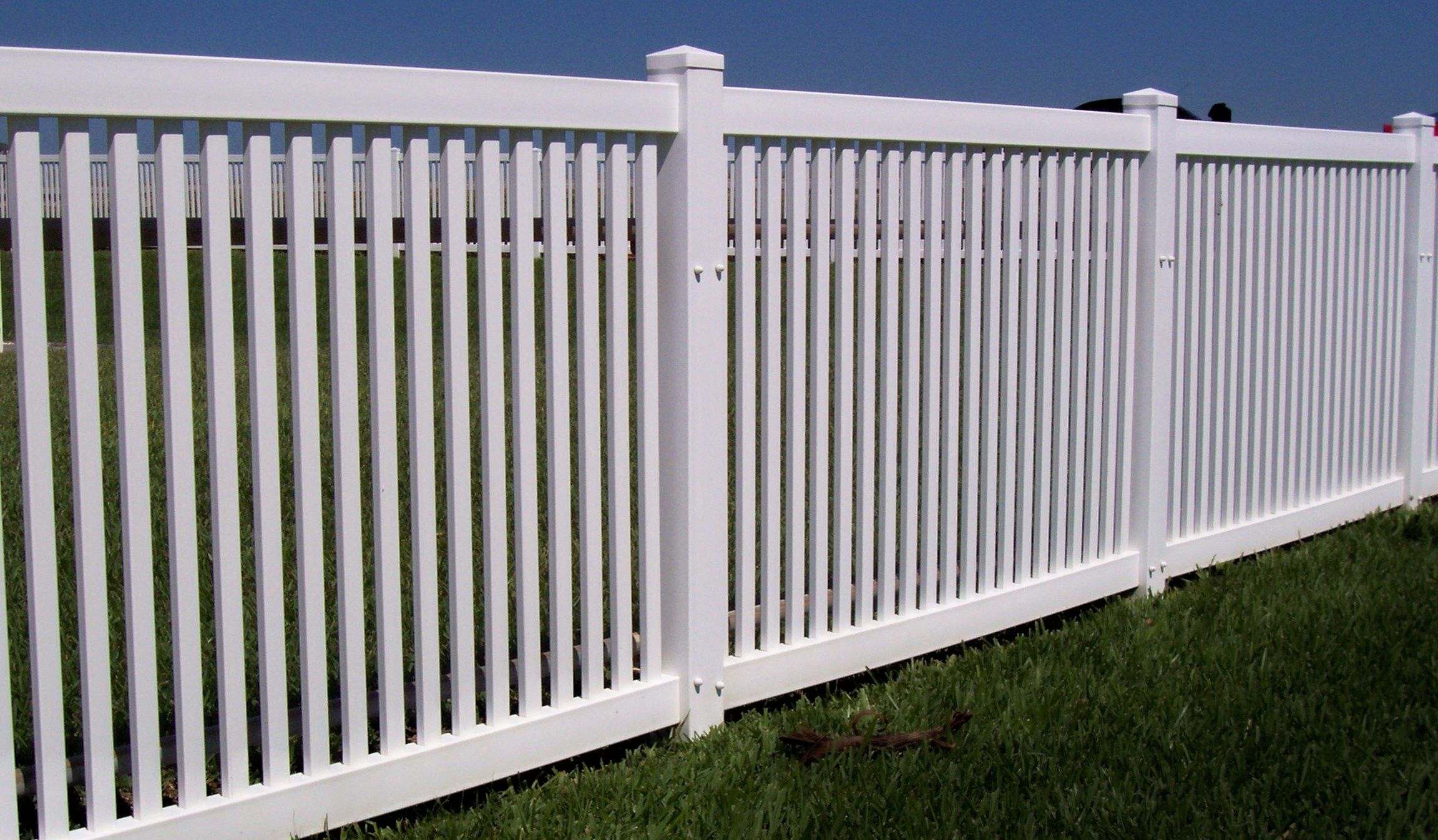 Hampton vinyl picket fence by mossy oak