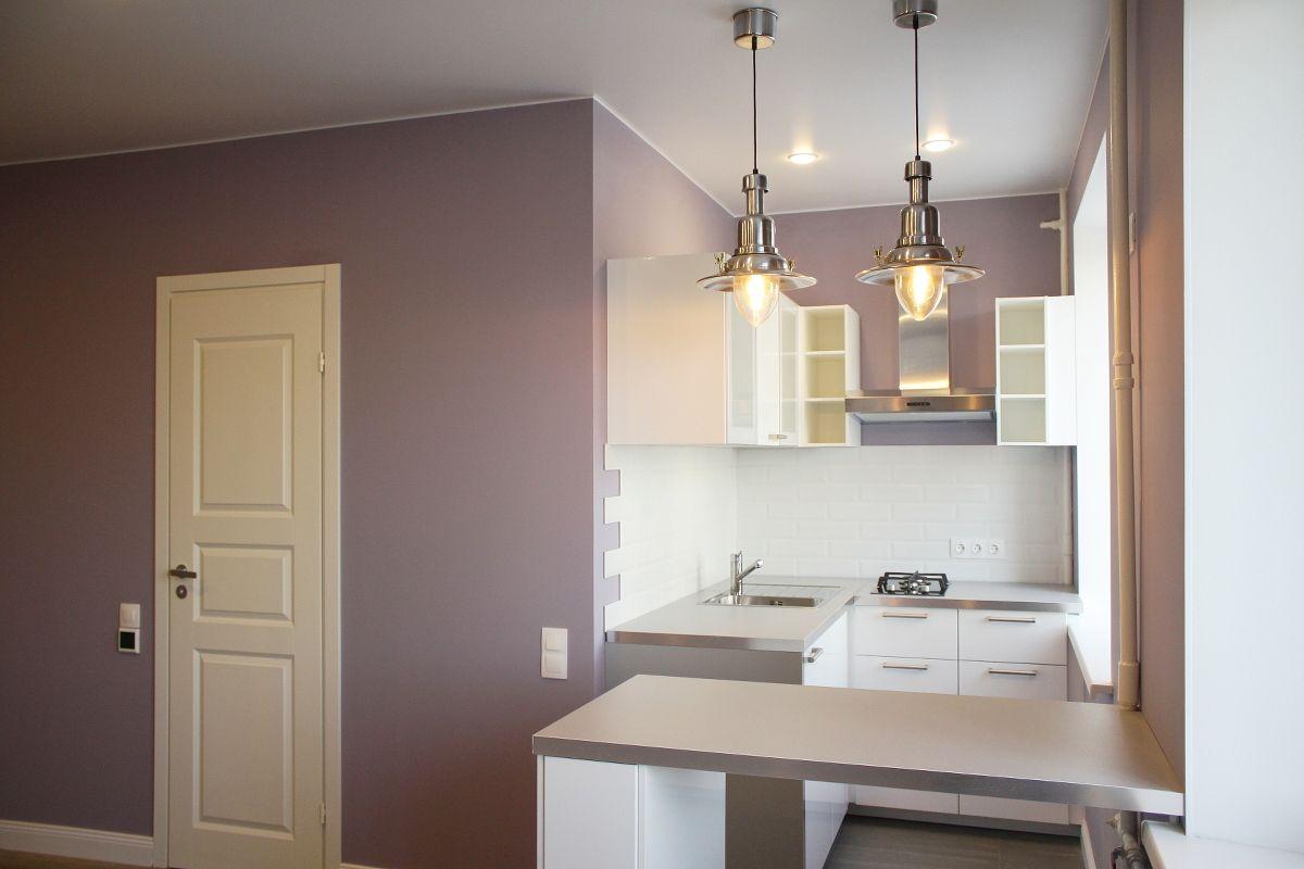 сиреневая кухня с барной стойкой и светильниками Ikea Ottava