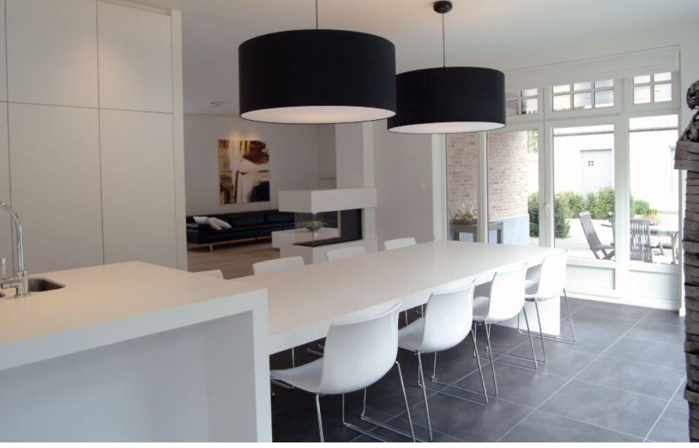Groot kookeiland met eettafel en inbouwkastenwand keukens op