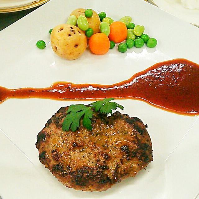 つなぎの玉子などを使っていないハンバーグみたいな?かな?(笑) 粗びき肉に、ニンニク、パセリ、パプリカパウダー、スパイス類でこねてこんがりとね♪ 肉肉しい噛みごたえです(笑) ソースは、赤ワインのソースで! - 71件のもぐもぐ - ステック・アッシェ(フランス版ハンバーグ?) by samzsr400kai