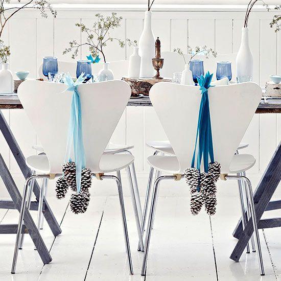 Tischdeko weihnachten silber blau  Esszimmer Deko Weihnachten-Tannenzapfen aufhängen-Blaue Bänder ...
