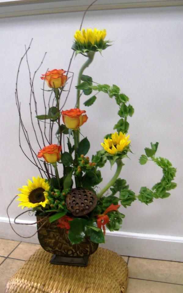 Fall Arrangement Very Clever Use Of The Bells Of Ireland Which Curl Up Thi Types Of Flower Arrangement Flower Arrangements Simple Fresh Flowers Arrangements
