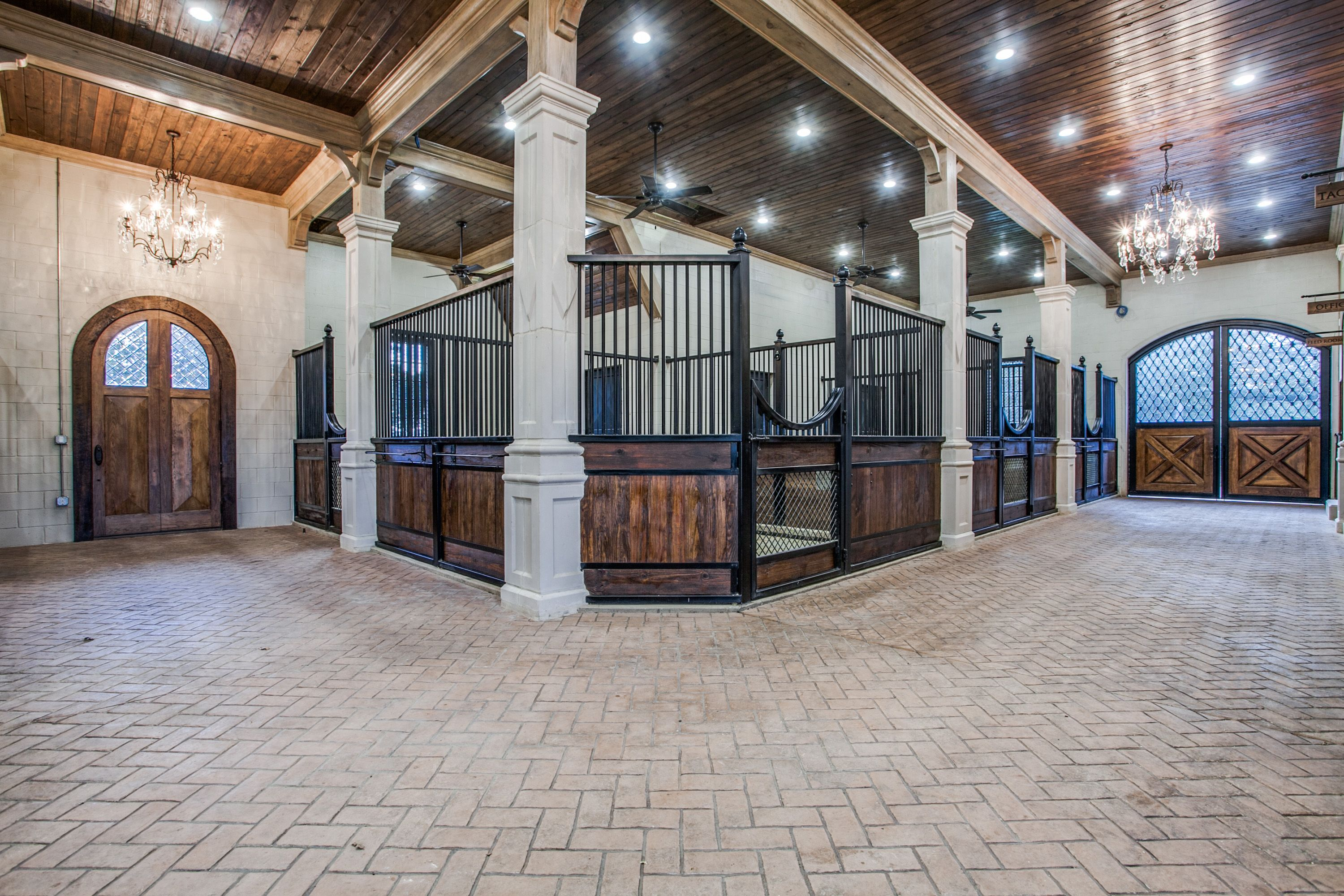 Barn isle | Luxury horse stables, Horse stables, Luxury ...