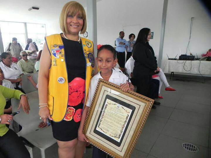 Estrella de Ortega Presidenta del Club De Leones de Mateo Iturralde con El Ganador del Premio de Oratoria Carlos Medina