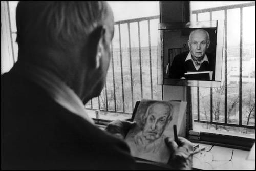 Martine Franck :: Henri Cartier-Bresson autoportraying, Ile de France, Paris, 1992