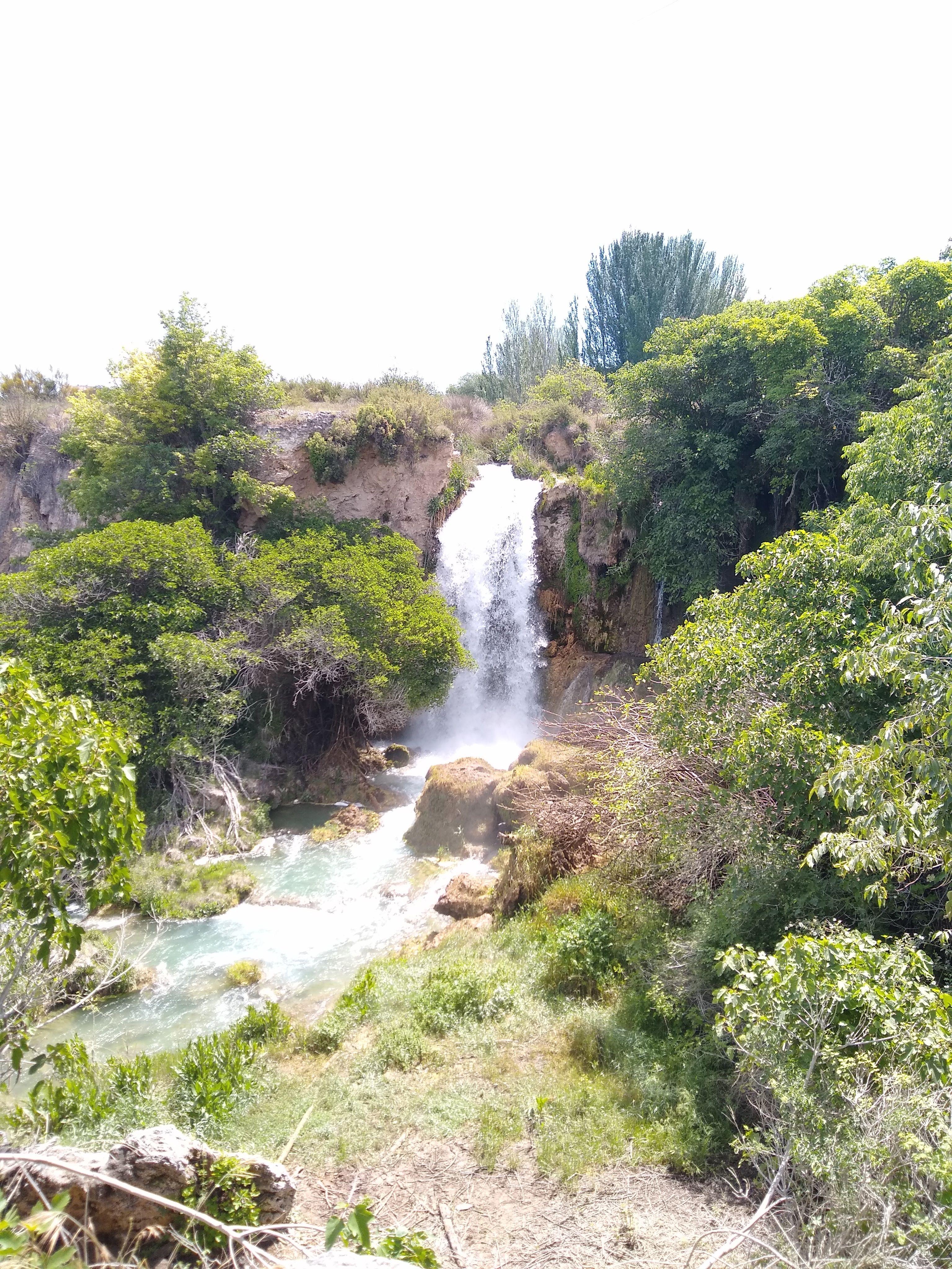 Preciosa cascada rodeada de vegetación. Entre lo exuberante de su entorno y sus aguas turquesas, da la sensación de que estemos en un entorno tropical