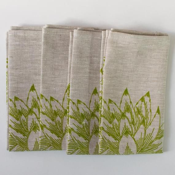 Set of 4 linen table napkins in green succulent design. Cloth napkins for modern table setting. Dini #clothnapkins