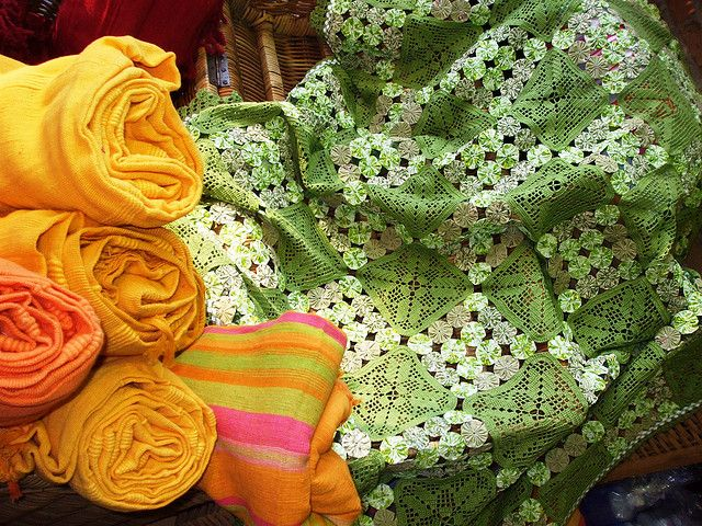 Manta de Crochê e Fuxico by Santinha - Casas Possíveis, via Flickr