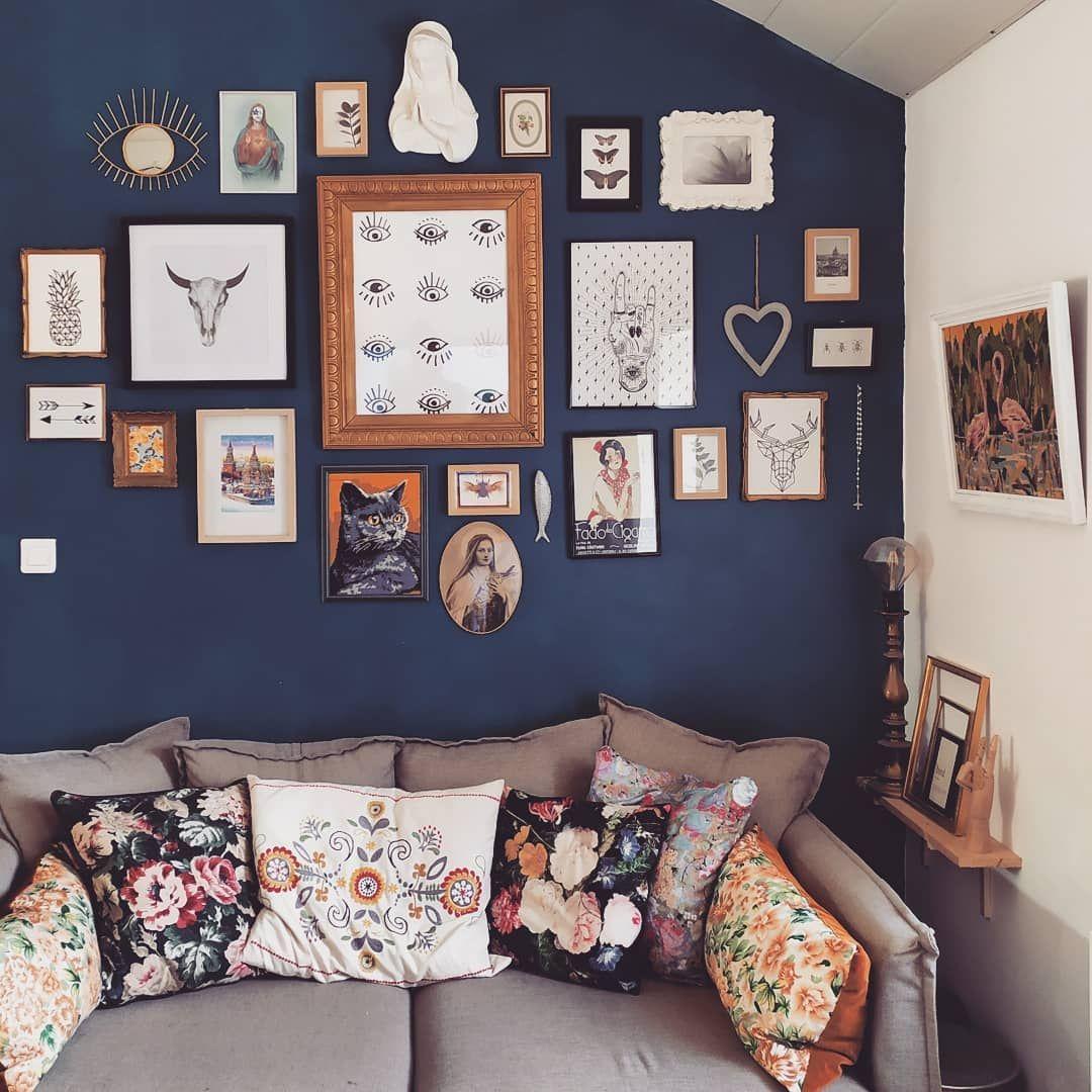 Un canapé confortable, des coussins fleuris style tapisserie et un méli mélo de cadres sur un mur coloré. Vous en pensez quoi de cette déco affirmée pour un automne bien chez soi ? Nous on se projette complètement 😍 . #repost de @happy_poupette . #labelemmaus #decovintage #emmausfrance #emmaus #ambiance #cadres #ambiance #meublevintage #decobois #decochinee #brocante #brocanteenligne #vintage #decorationinterieur #chinersolidaire #decorationvintage #chiner #coussinvintage