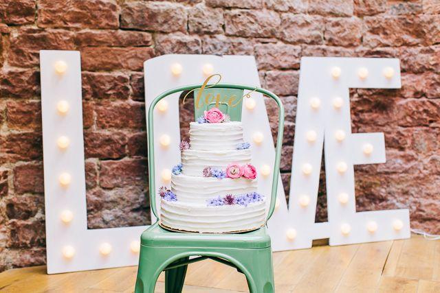 Love Schild als Deko Industrial Chic Heiraten mit Vergiss Mein Nicht Fotografie | Hochzeitsblog - The Little Wedding Corner