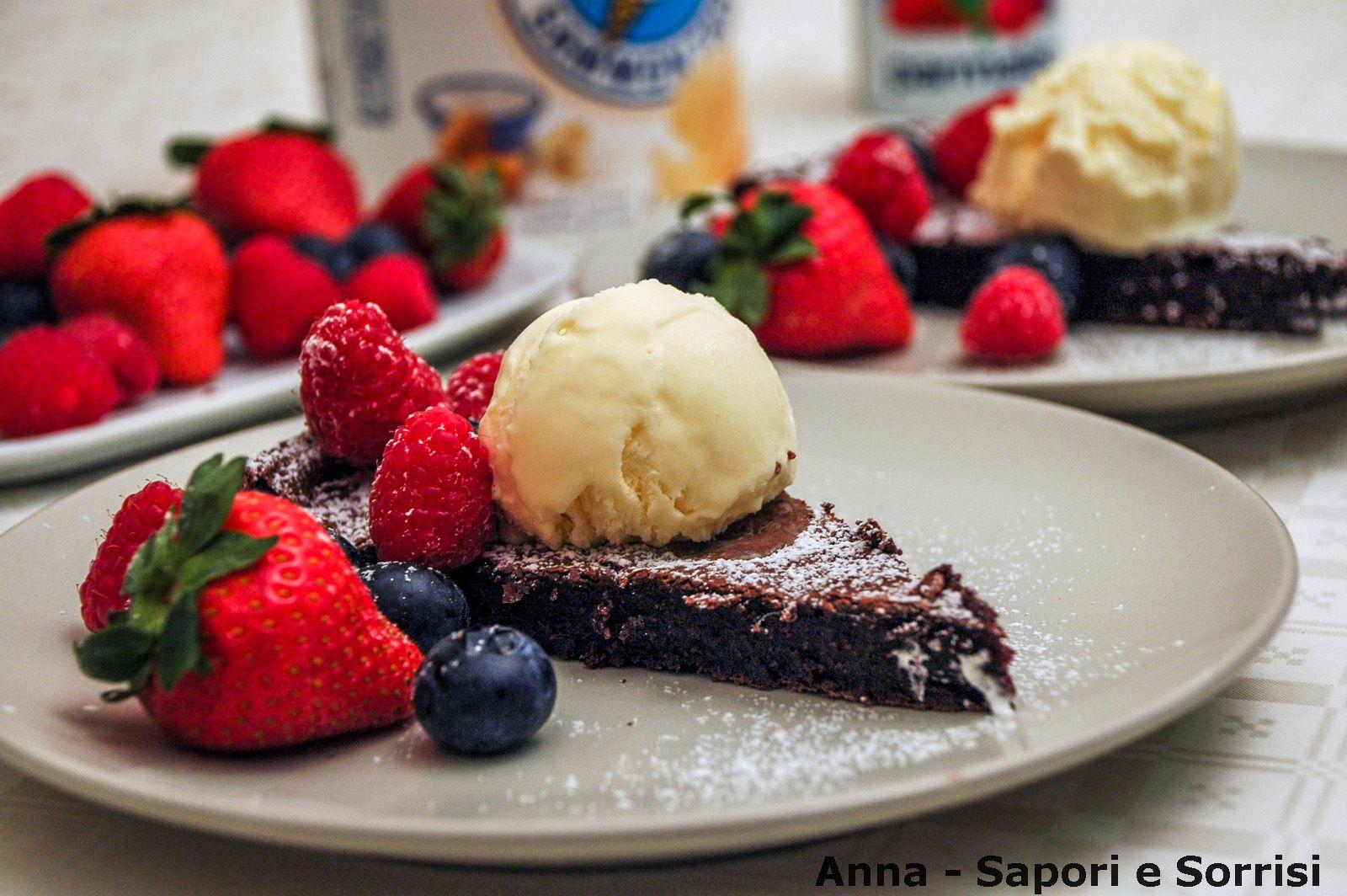 ANNA-SAPORI E SORRISI: Torta ultra cioccolatosa con gelato alla crema e frutti di bosco