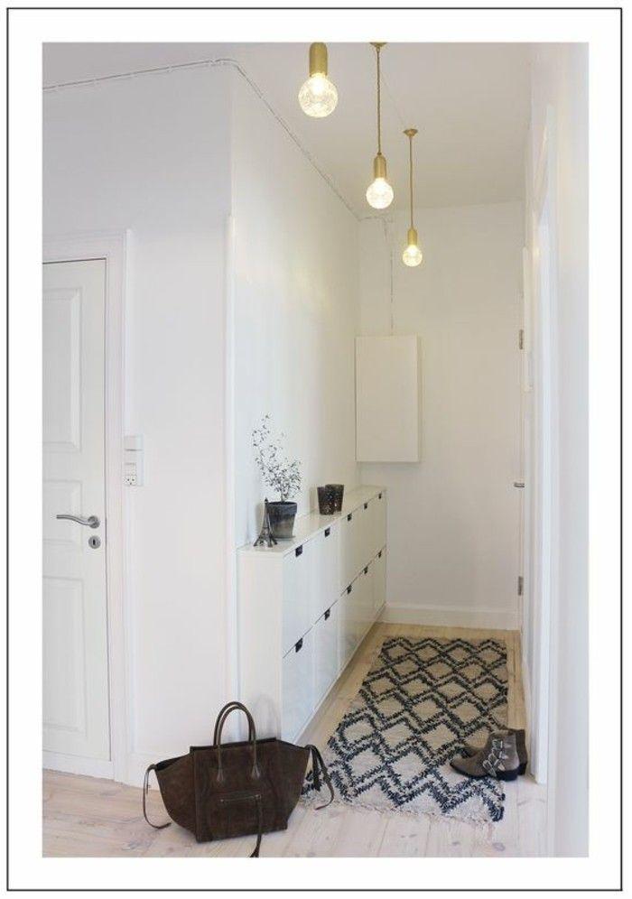 decorations pour le corridor Eclairage couloir. Trois lampes. Un sac et des souliers sur le plancher.