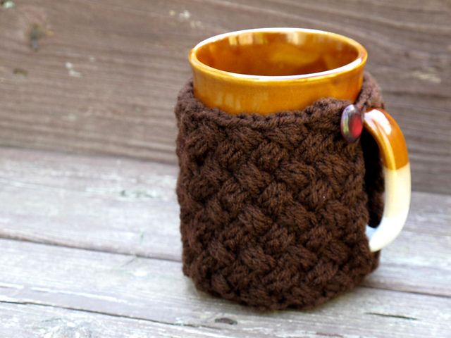 Here\'s a free pattern for this button on crochet Koozie. This lovely ...
