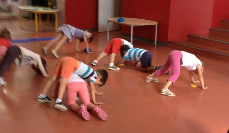 Parcours Debrouillarde La Chaise Bleue La Maternelle De Vivi Jeux Maternelle Jeux De Gym Maternelle