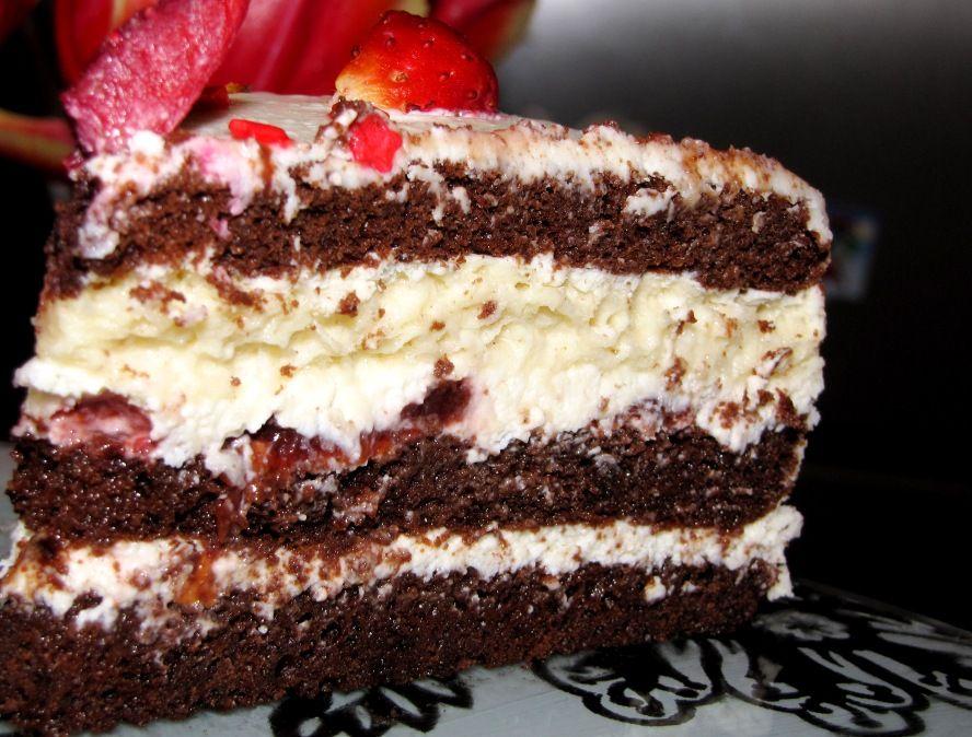 Торт с шоколадными коржами, белым кремом и вишней | Торт ...