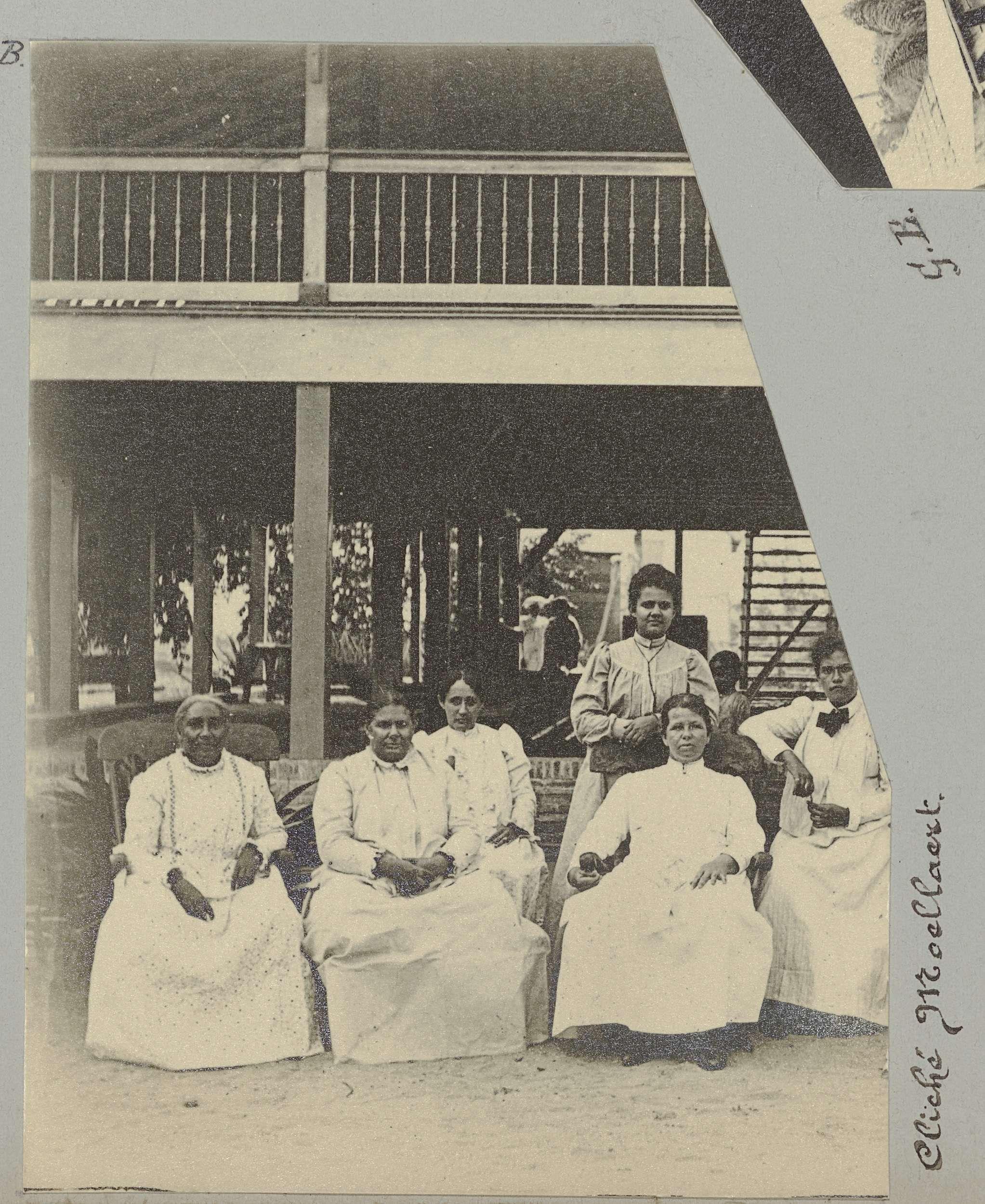 anoniem   Groepsportret van zittende vrouwen, possibly Gomez Burke, 1891   Fragment van een groepsportret van vrouwen zittend en staand voor een gebouw. Onderdeel van het fotoalbum Souvenir de Voyage (deel 4), over het leven van de familie Dooyer in en rond de plantage Ma Retraite in Suriname in de jaren 1906-1913.
