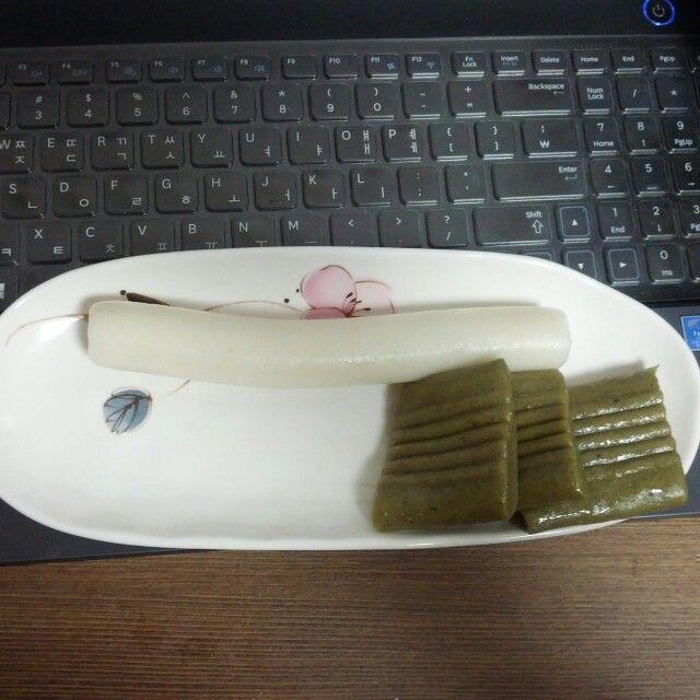 가래떡&쑥절편. 외가친척이 쌀농사를 지어 보내주신 쌀과 여사님이 직접 뜯으신 쑥으로 만든 쑥절편과 가래떡