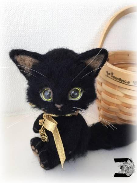 Needle felted black cat...oh my goodness too cute.. looks like my Cait Sidhe<3 #feltedcat #catsdiyplush #catsdiydrawing #needlefeltedcat