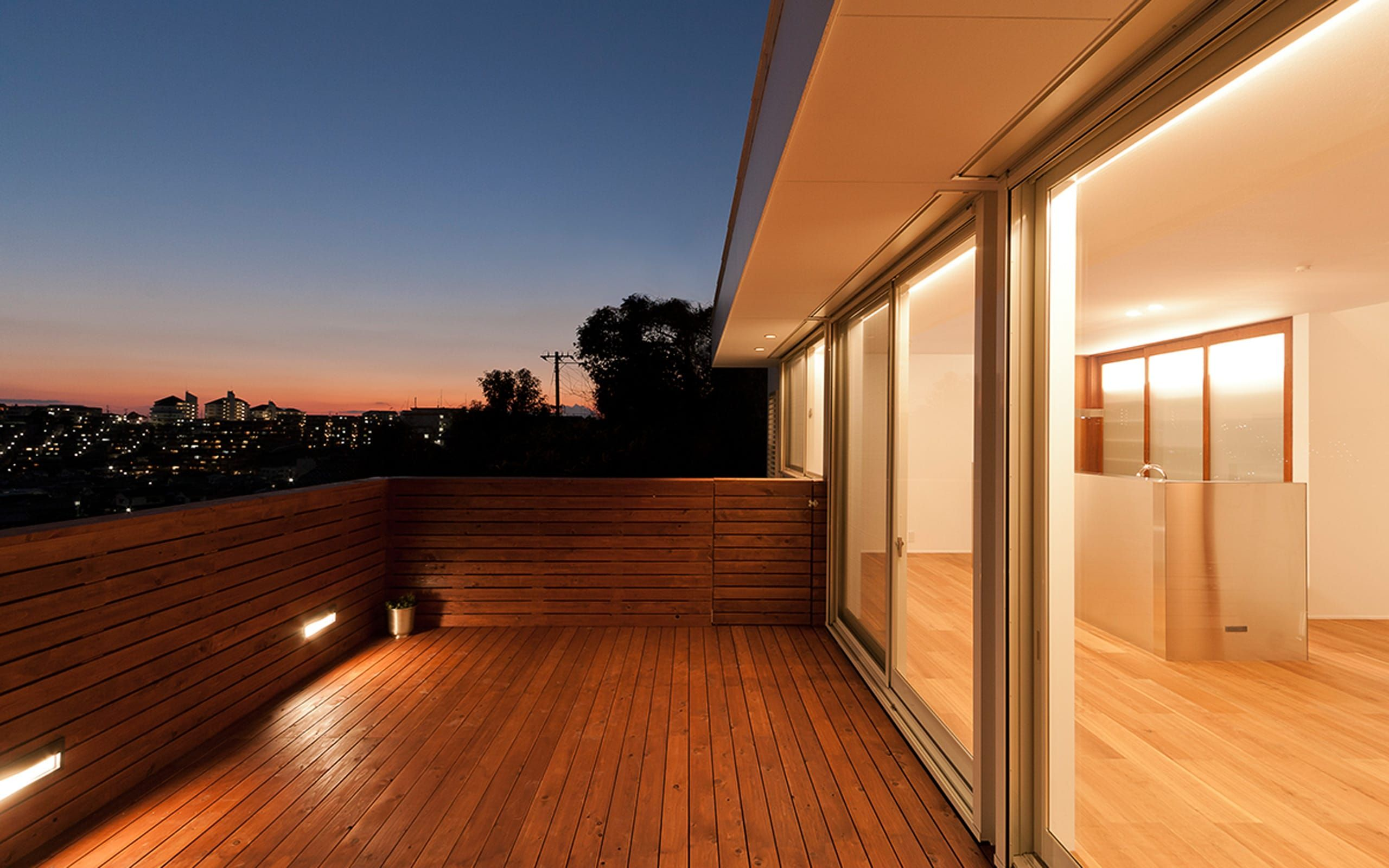 絶景 海を望む白い家の外構 デッキテラス 1 L D Homes の