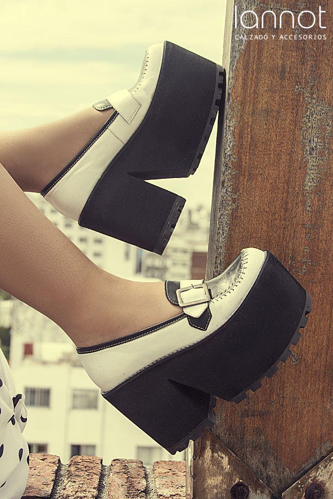 ec70e905 2815 | Zapato tipo mocasín con espejo, hebilla y ribete combinado.  Plataforma corrida de microporosa, con corte diagonal y altura 10cm con  suela rutera.