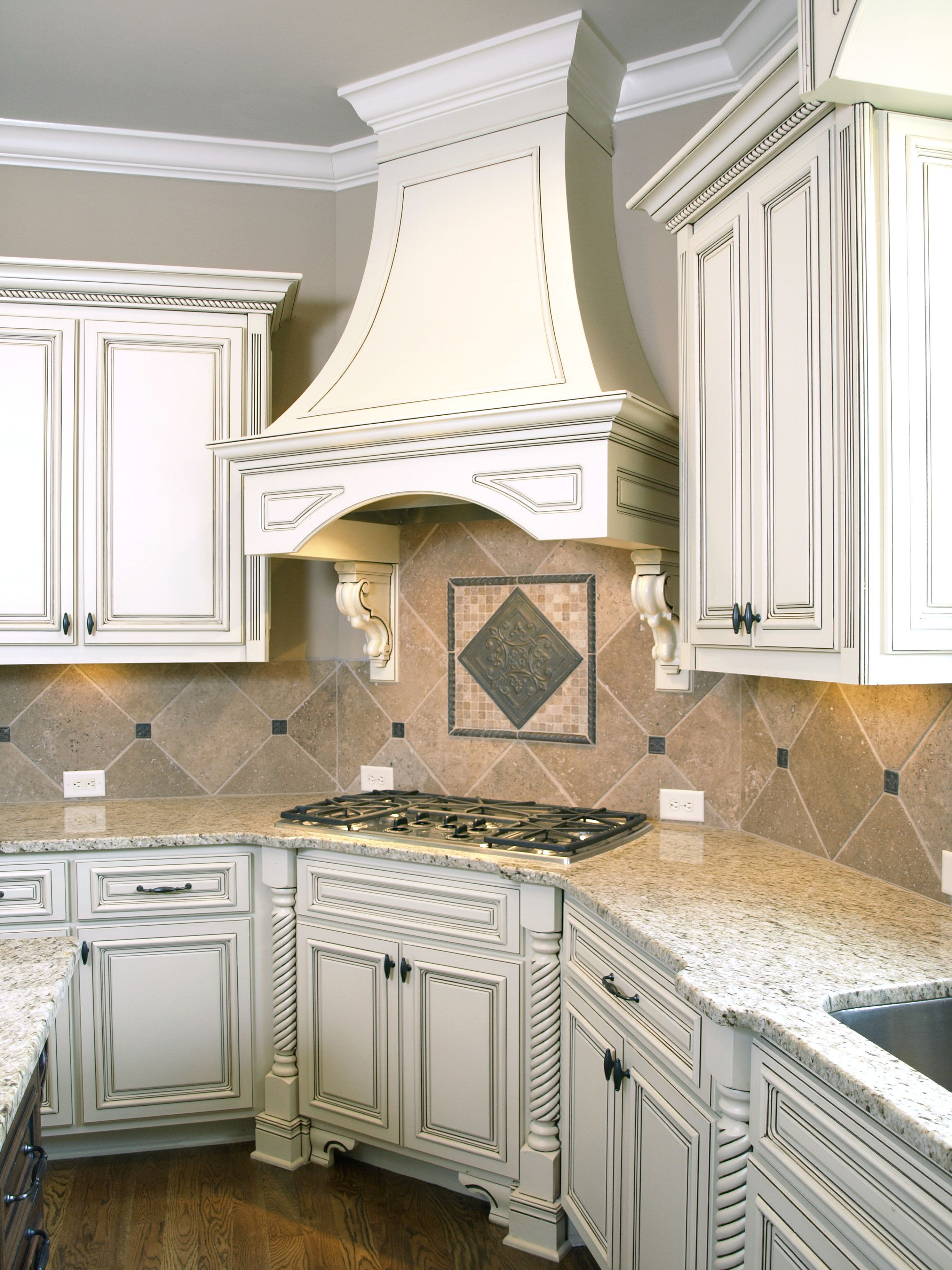 Gorgeous White Kitchen Cabinets With Crown Moldings And Built In Oven Luxury Kitchens Victorian Kitchen Cabinets Kitchen Design