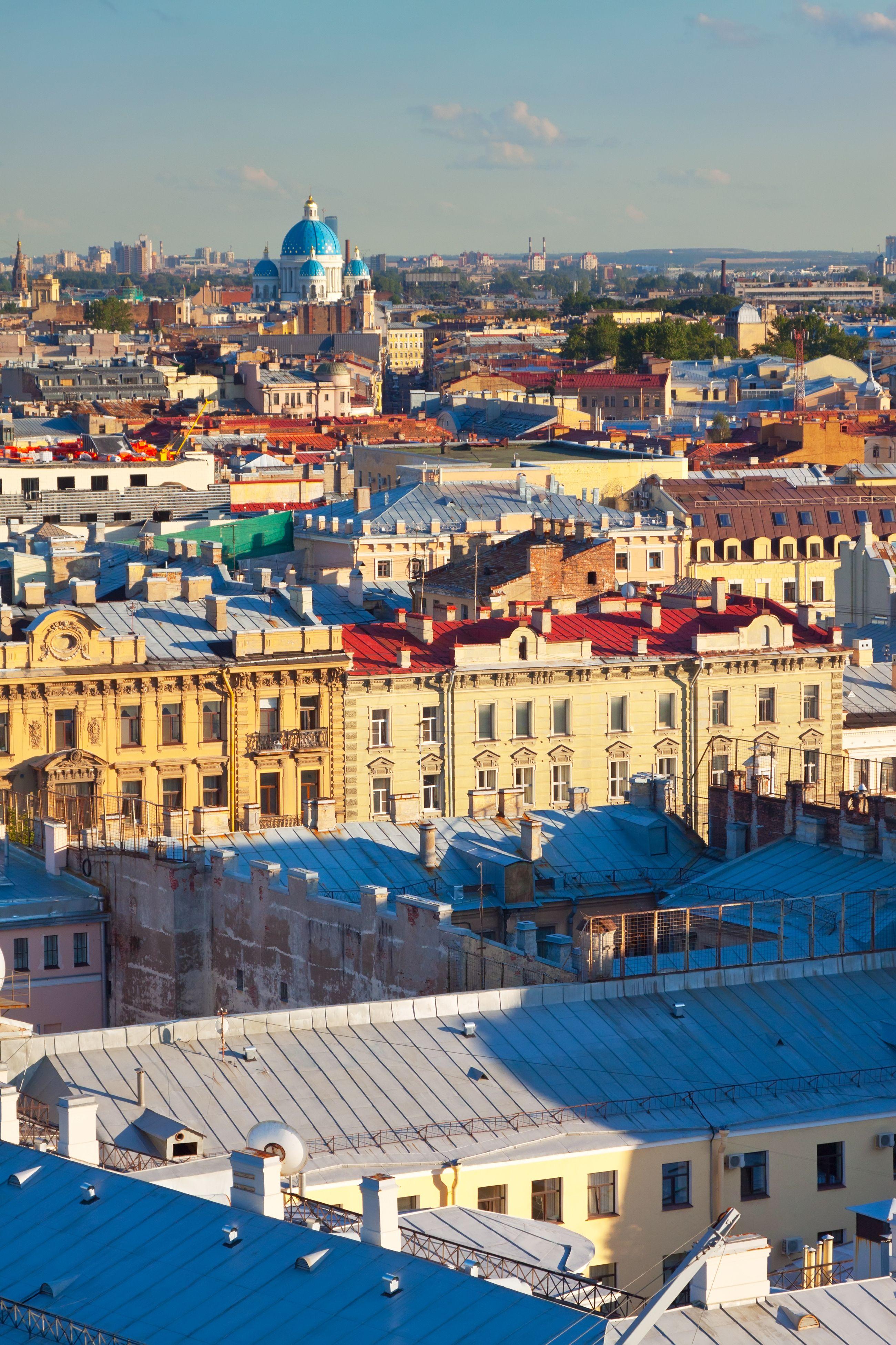 Aurinko tuo esiin Pietarin kauniit pastellisävyt.