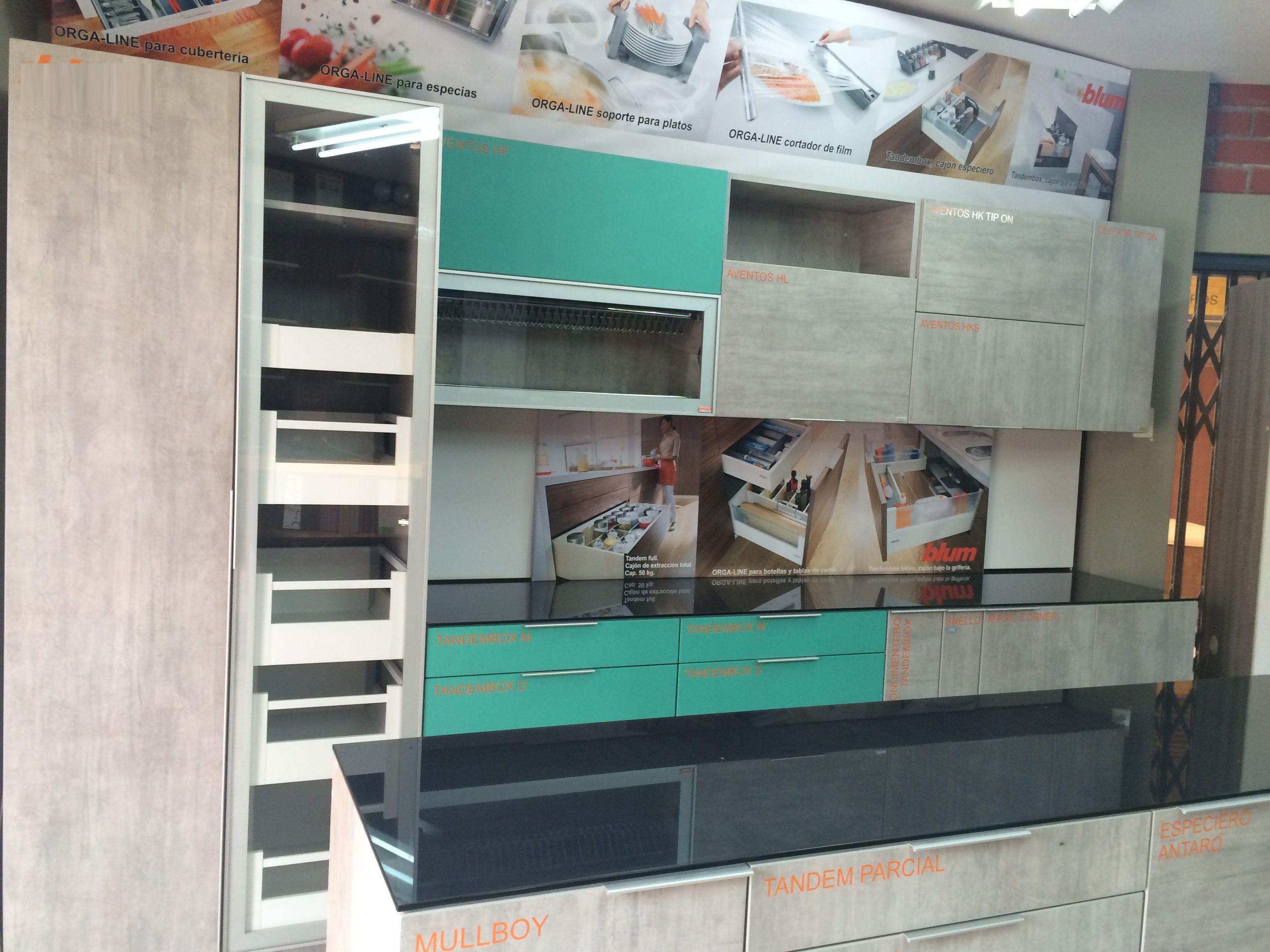 cocina hecha con colores de la colección Natural: Cemento y Menta ...