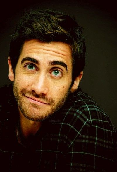 Jake Gyllenhaal. Not such a fan of him, but MAN is he cute in this pic! He kinda looks like a classic Disney prince. LOLz