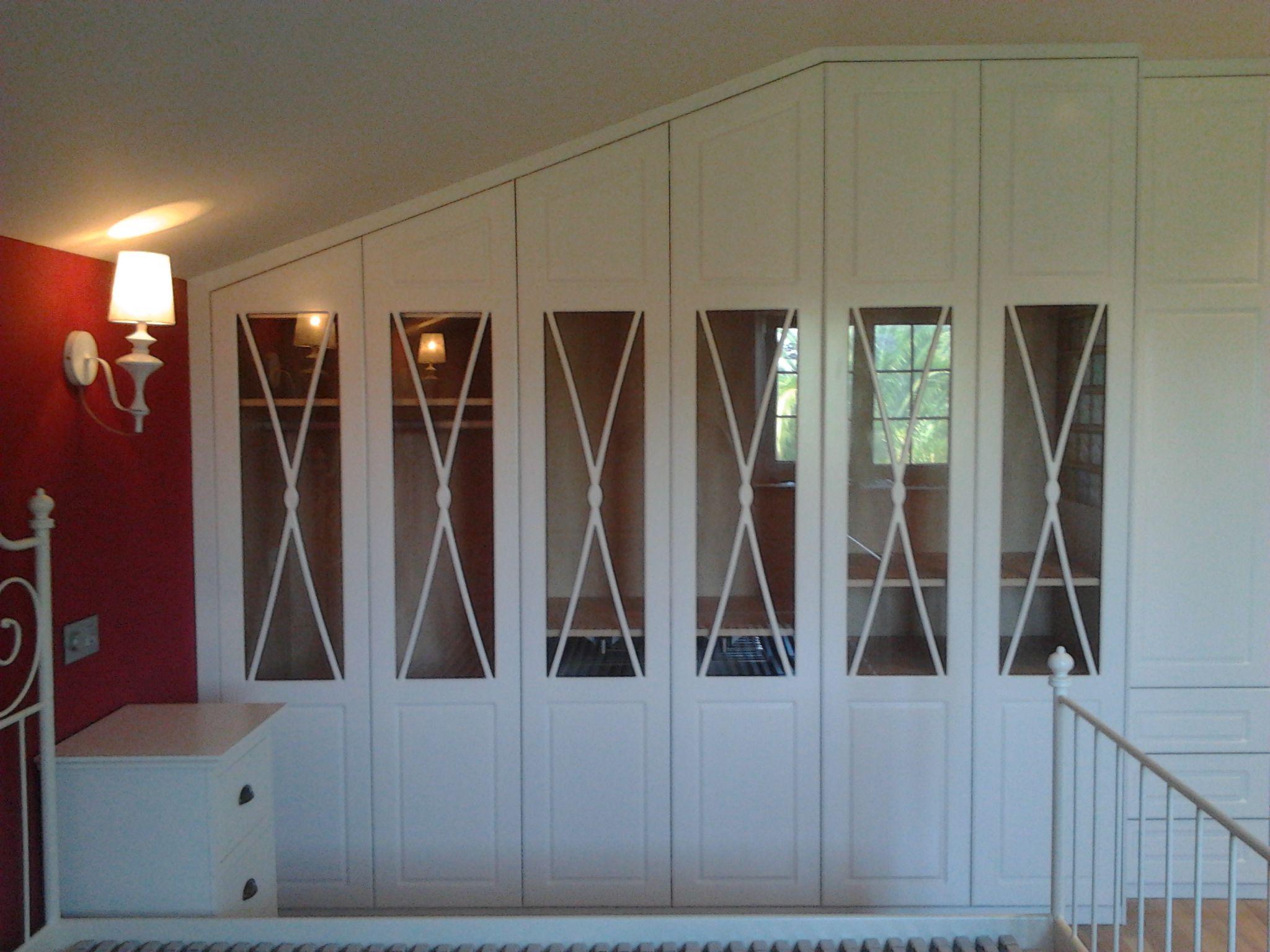 Armario empotrado con puertas en forma de aspa lacado en for Puertas armarios empotrados