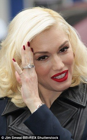 Gentil Gwen Stefani Ditches Engagement Ring For Something More Fashionable