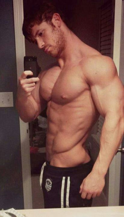mirror Amateur muscles guy
