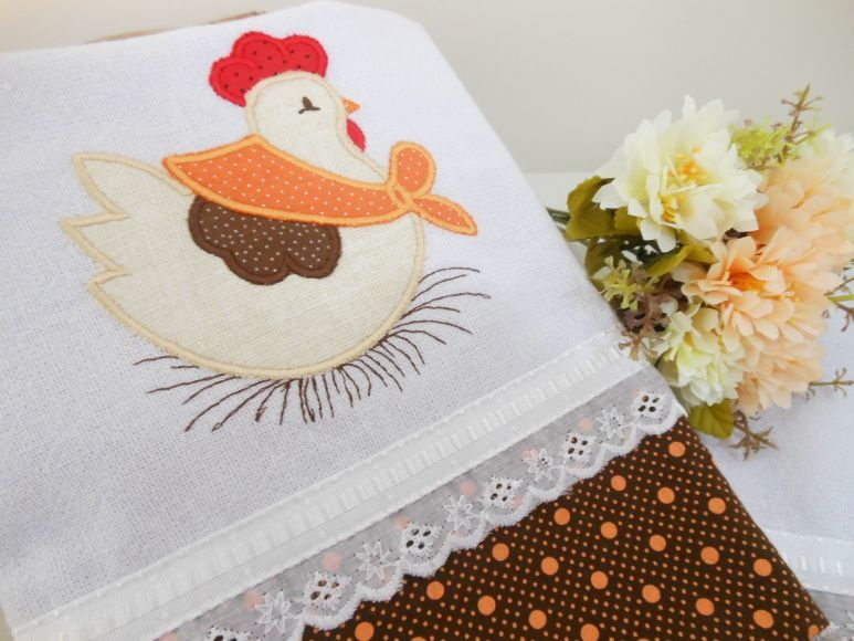 1 pano de prato com bordado  Usamos tecidos de qualidade, 100% algodão.    Os detalhes do bordado inglês e fita decorada são 100% poliéster.    *Produto somente na pronta - entrega*    Qualquer dúvida, estamos á disposição.  Será um prazer atender você!