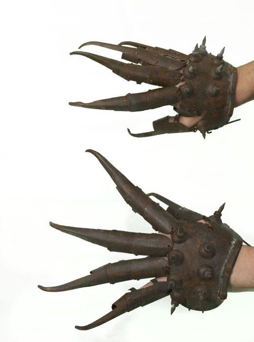 Catawiki pagina online de subastas Tiger claws. Neko-te. Ninja weapon - China - 2nd half 20th century