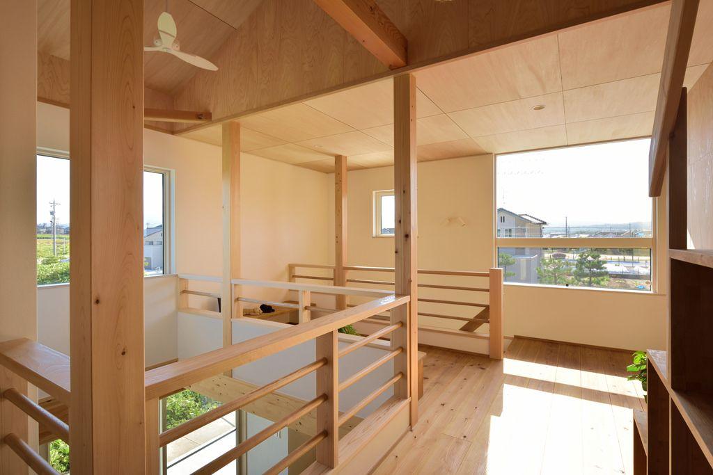 二階ホールの天井はシナ合板 柱は東濃ひのき上小節の4寸角です 木肌