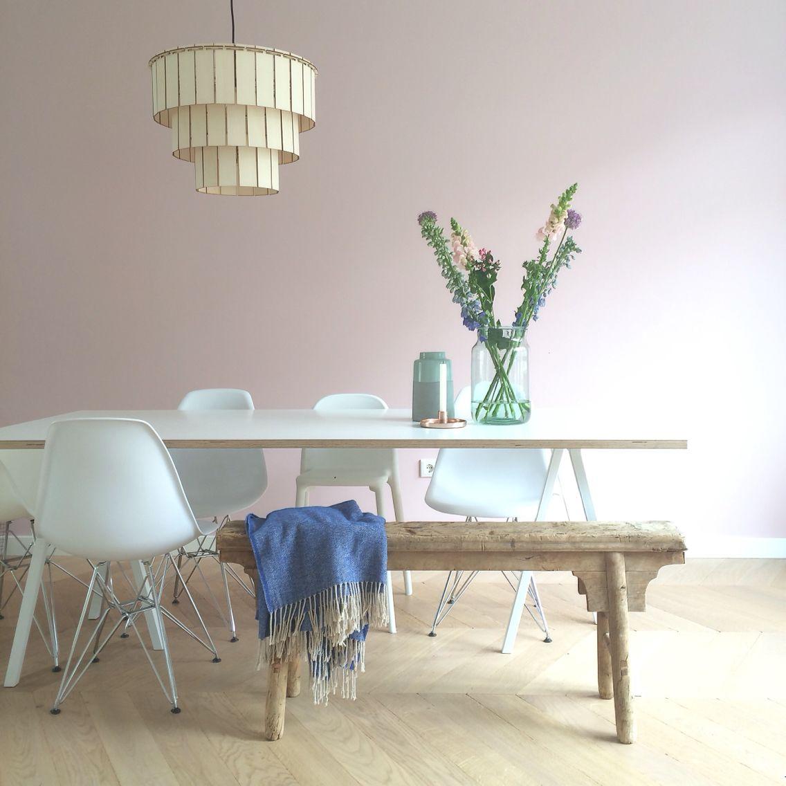 Hauptfarben-design-bilder pink wall hay loop stand table and wooden lighting designed by