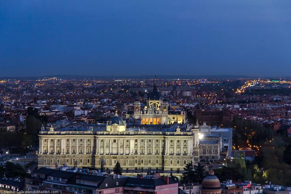 """Ayer tuve la oportunidad de subir a una de esas azoteas de Madrid que llevaba tiempo imaginando. He pasado muchos días junto al edificio y mil veces he imaginado sus vistas desde tan alto. Pues bien, la azotea del Hotel Meliá Princesa ha entrado en la lista de las top 10 azoteas de la ciudad. Hoy comparto con vosotr@s esta fotografía del Palacio Real y la Almudena con la ciudad en el horizonte. Vía """"Callejeando Madrid"""""""