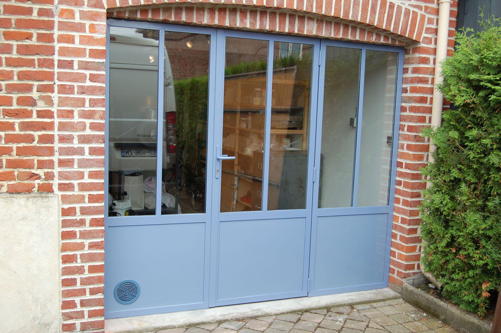Ancienne porte de garage transform e en fa ade style for Fenetre style atelier aluminium