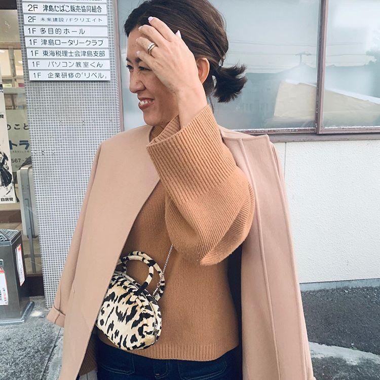 Naoko Okusa_officialはInstagramを利用しています:「愛知県津島市におりました♡楽しい、楽しいコラボレーションが進行中です。今日は東海テレビの密着もあり、ワクワクが止まらない感じ(笑)。日焼け後の顔色を気にして、優しいミルクティー色のニットとコートにしました。さ、東京に帰ります! @cyclasofficial…」