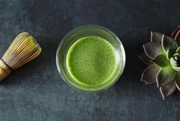 Matcha ist ein uralter, grüner Tee aus Japan. Hier erfährst du wieso dieser Tee so gesund ist und auch wahre Wunder für deine Haut bewirken kann.