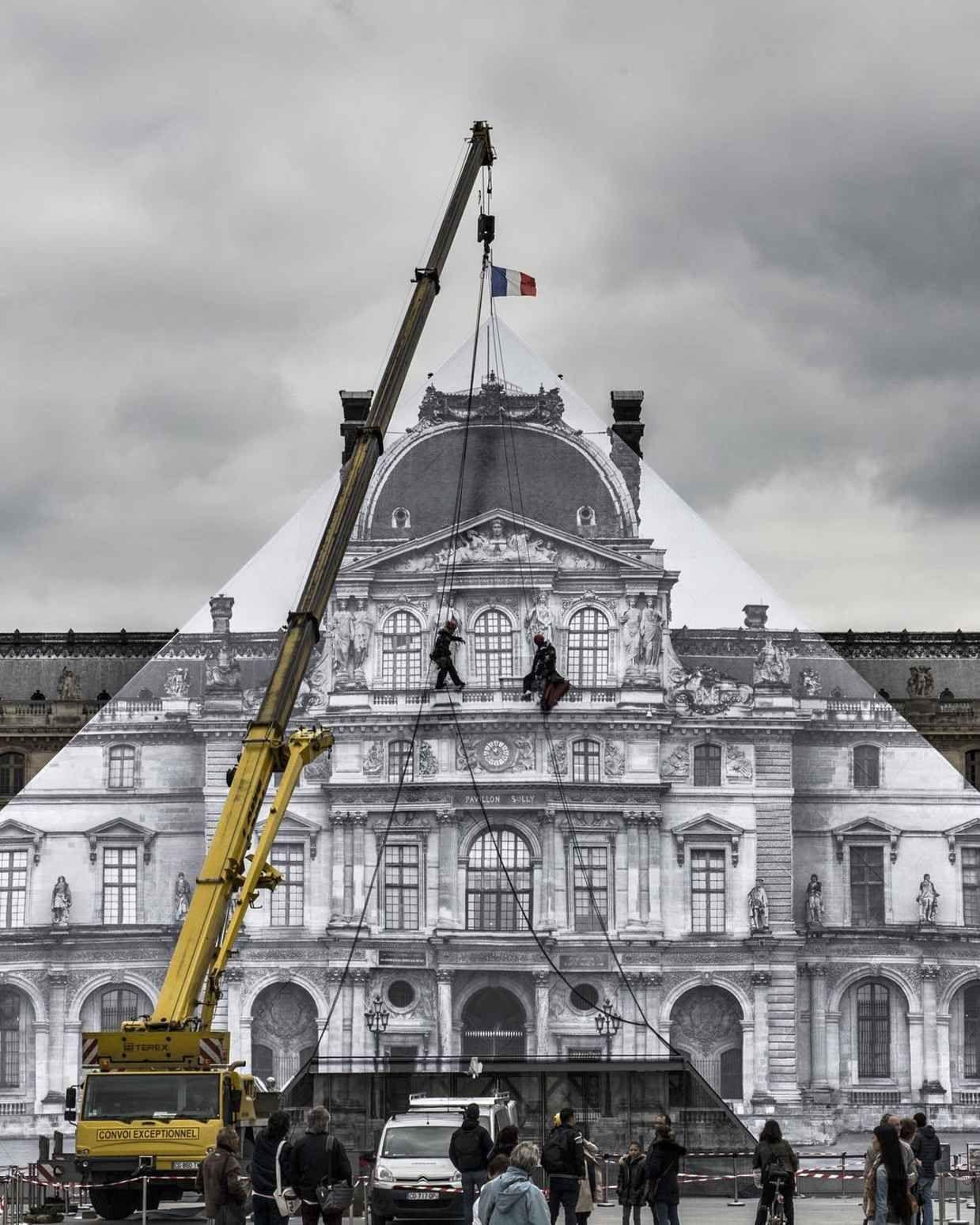 Artist Creates Impressive Illusion to Make Famous Louvre