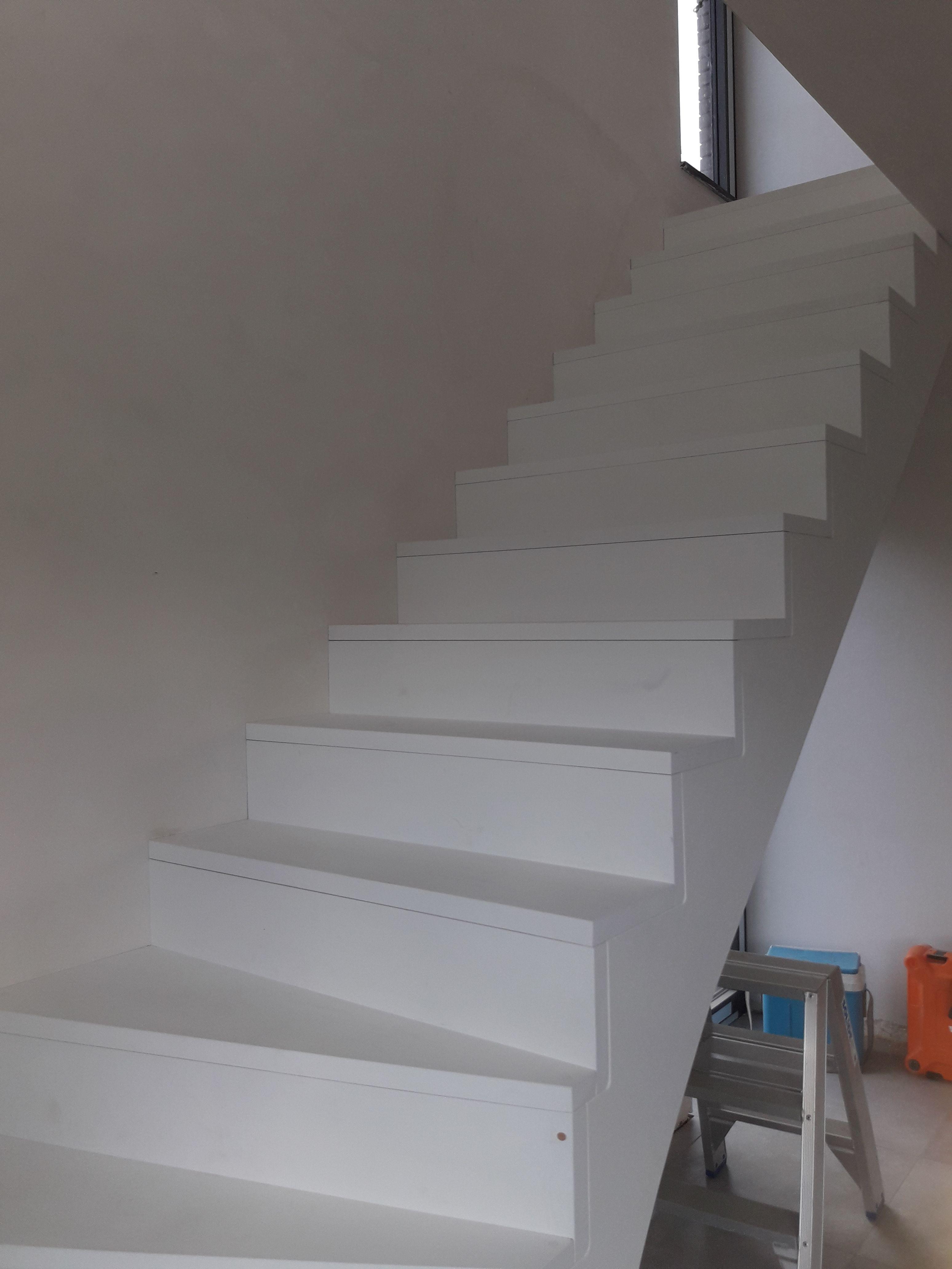 Trap in kwartdraai met geloten z treden in grondlaag wit for Trap met kwartdraai