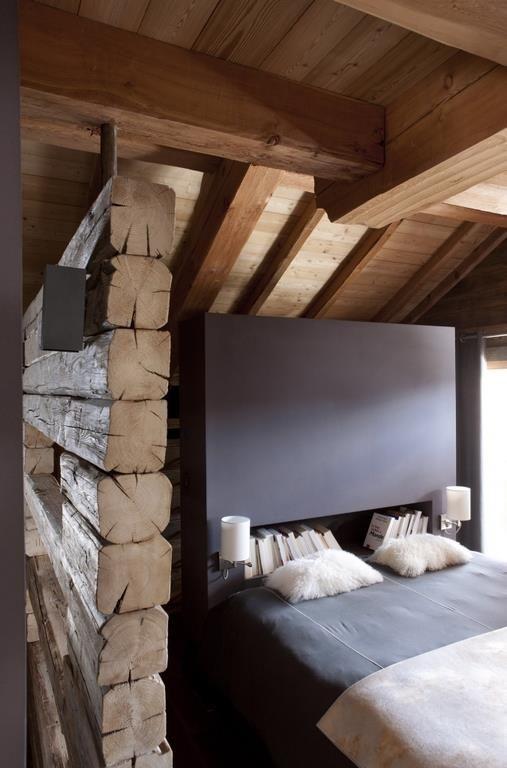 Lit design niché dans une petite chambre mansardée à l\'ambiance ...