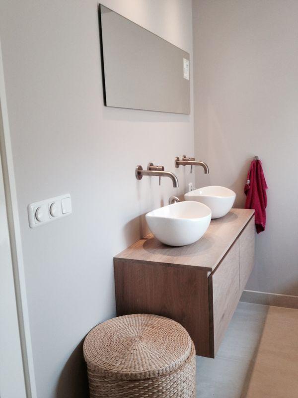 Een landelijke badkamer en tegelijk modern en sfeervol met betoncire ...