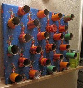 Un calendrier de l'avent fait maison! J'ai pris une planche de 41 X 41 cm environ que j'ai recouverte de papier-cadeau et sur laquelle j'ai collé tous les petits rouleaux. À l'intérieur de chacun d'eux, je vais bientôt glisser, non pas des sucreries, mais plutôt des petits messages pour mes enfants. Crédit photo: Catherine Goldschmidt #Noël #Christmas #diy #calendrierdelaventfaitmaisonenfant Un calendrier de l'avent fait maison! J'ai pris une planche de 41 X 41 cm environ que #calendrierdelaventfaitmaison