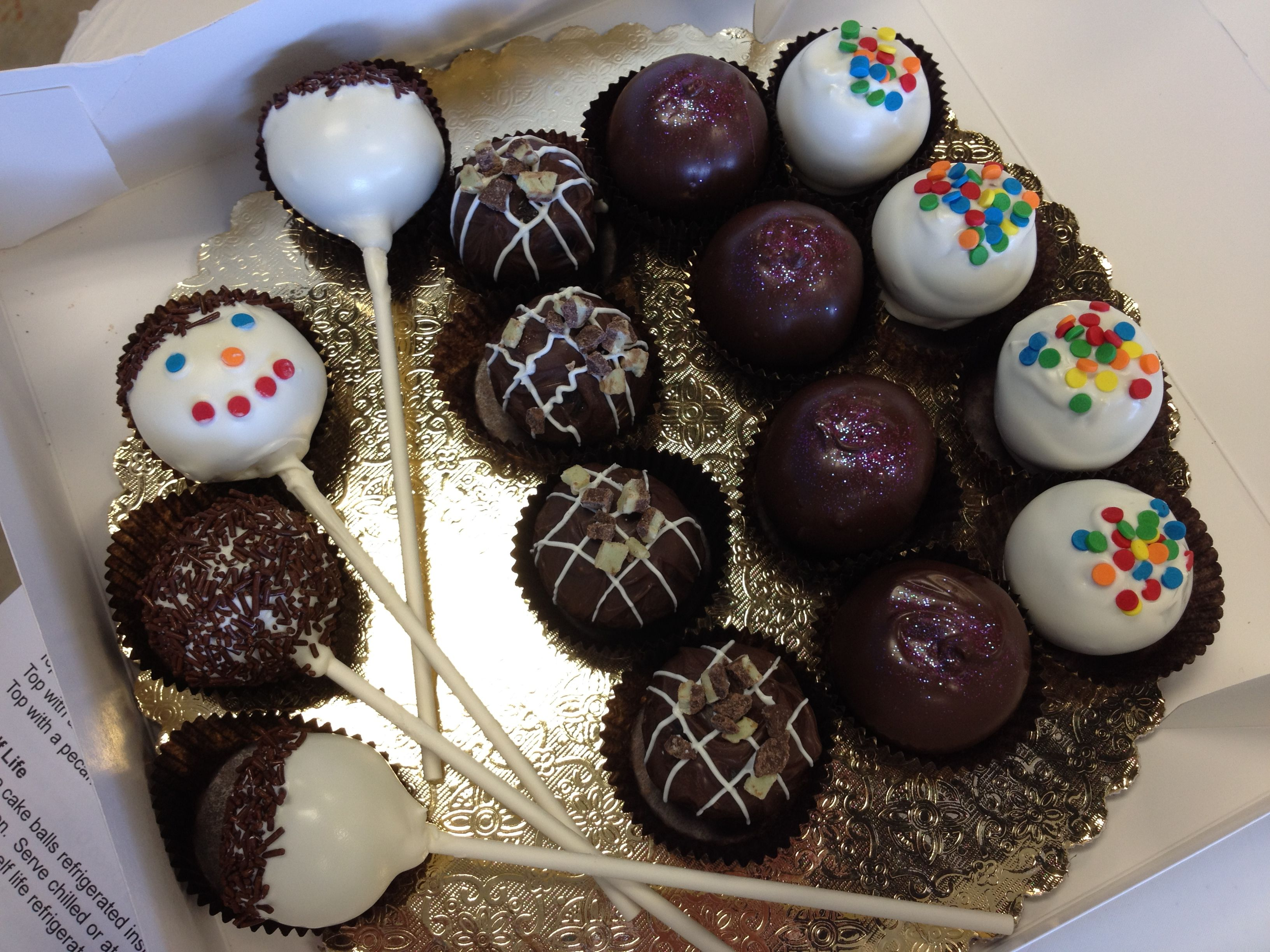 Cake pops. Instruction by Jennifer from MakeItSweet in Austin. Strawberry/dark chocolate, Chocolate/White chocolate. Chocolate/Milk Chocolate