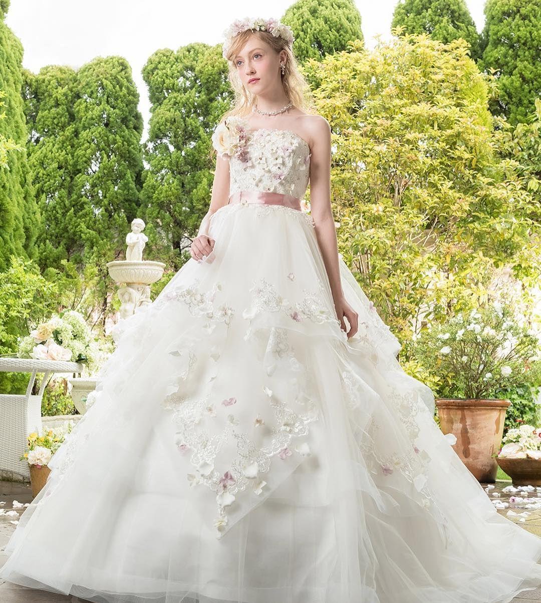 d07ddc309fa5c KR-0144 ふんわりフリルのウェディングドレスにピンクの花びらを散らしてロマンティックに *  結婚式 花嫁 ウェディング ウェディングドレス  カラードレス カクテル ...