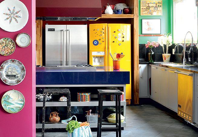 A cozinha assinada pela arquiteta Tieko Matsuda tem a variedade de cores como principal característica.