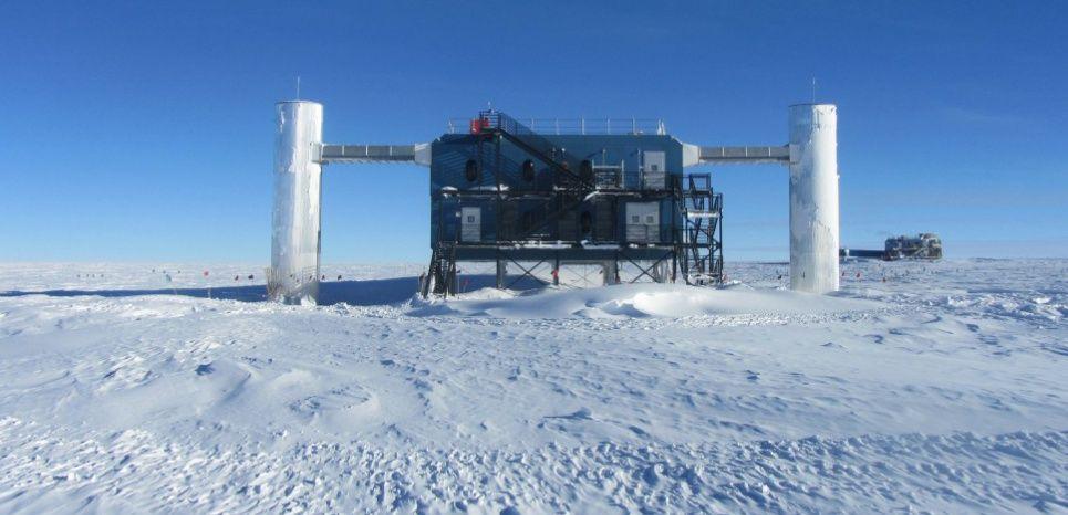 Le laboratoire Ice Cube à la station polaire Amundsen - en Antarctique. © Dag Larsen, IceCube/NSF