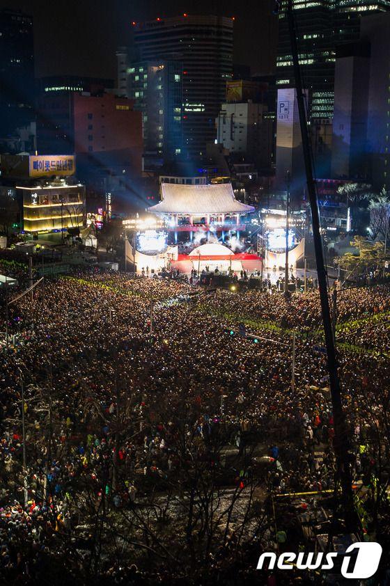 New Year's Eve in Seoul... Happy New Year 2013 to Everyone! 새해 복 많이 받으세요! (Sae Hae Bok Mani Ba Deu Se Yo!)