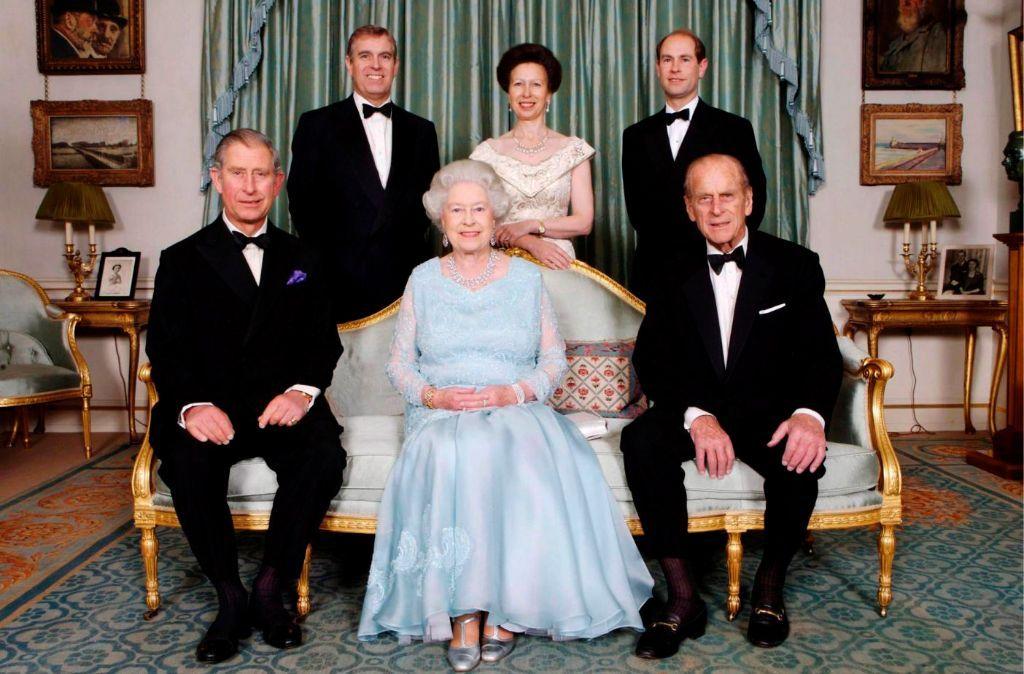 Queen Elizabeth Ii Und Prinz Philip Mit Ihren Kindern Charles L